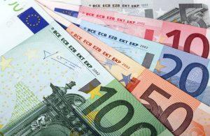 11174352-dinero-abanico-de-billetes-en-euros-foto-de-archivo